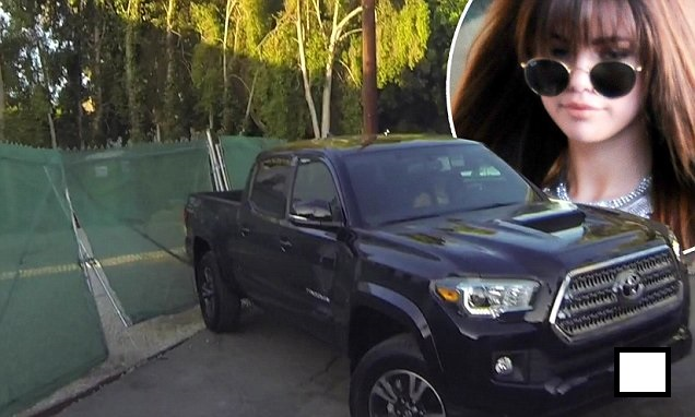 selena-gomez-backing-her-black-truck-into-a-fencephoto-daily-mail 2