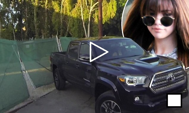 Selena Gomez backing her black truck into a fencephoto Daily Mail