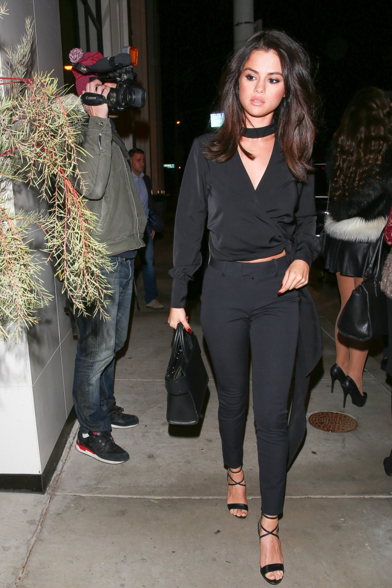 selena-gomez-black-top-and-pants-catch-la-restaurant-3-december-916