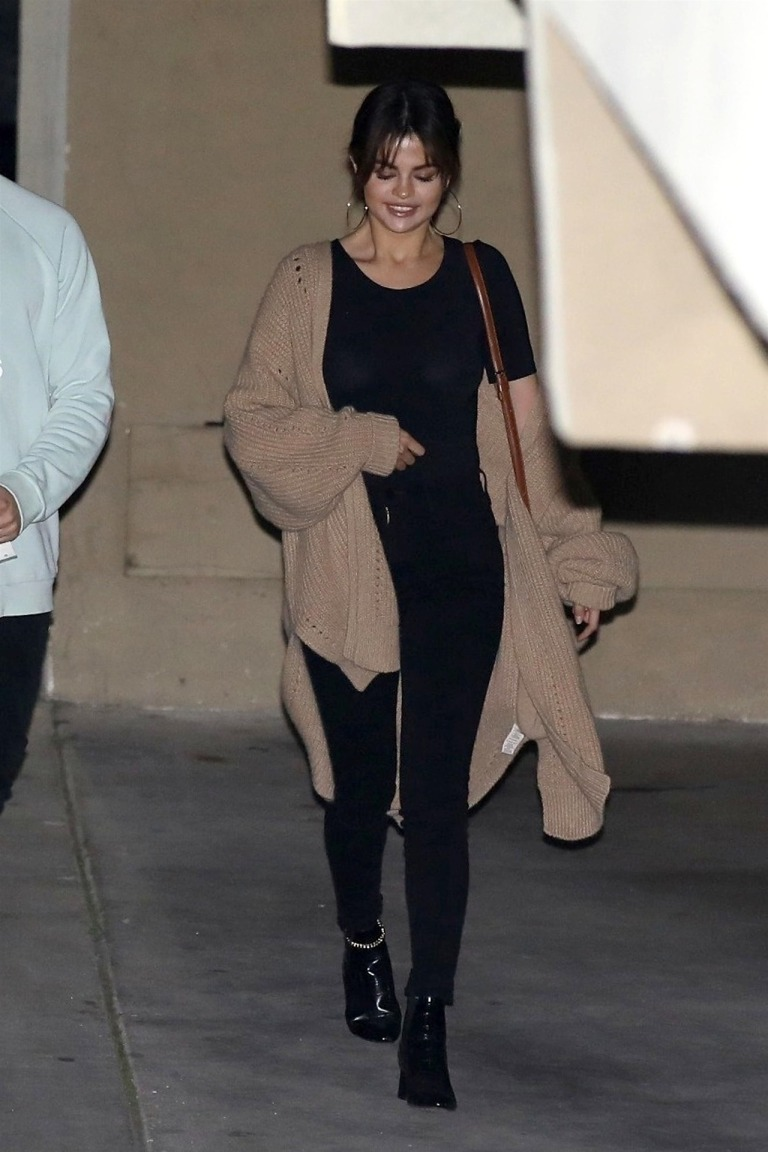 Selena Gomez black t-shirt black jeans black ankle boots beige oversized cardigan March 2018